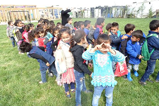 一列に並んで行進する児童たち。どうしても後ろや周りの子が気になりきょろきょろ。