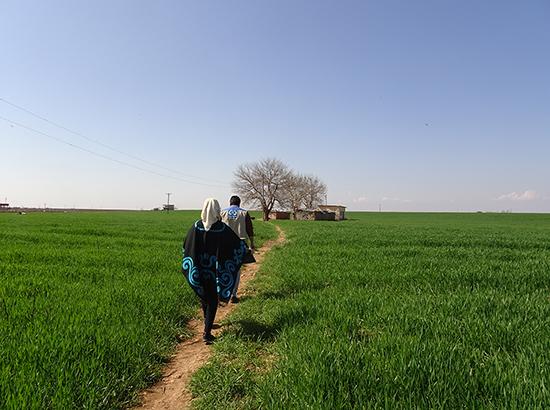 車で入れない場所にあるシリア人世帯には、歩いて訪問に行きます。