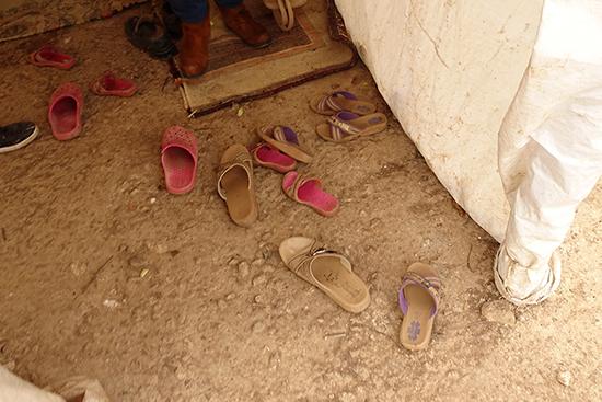 訪問先のテントの玄関に散らばっていた子どもたちのサンダル。冬でもサンダルを履いている