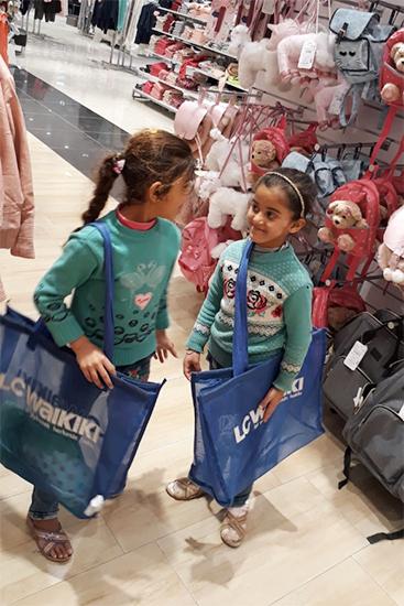 両親と防寒着を買いに来た姉妹。普段街に来ることがないので、様々な商品に興味を示し、手に取っていました。