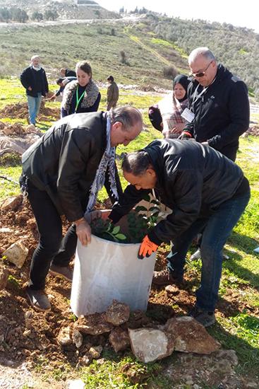 パレスチナのシンボルクーフィーヤを巻いた北アシーラ村長も植樹会で汗を流す