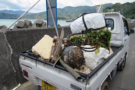 回収したごみ。トラックの荷台に山盛り