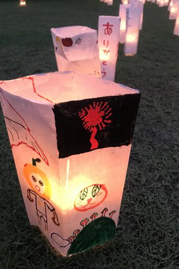 みんな灯篭に思い思いのメッセージや絵を描きました