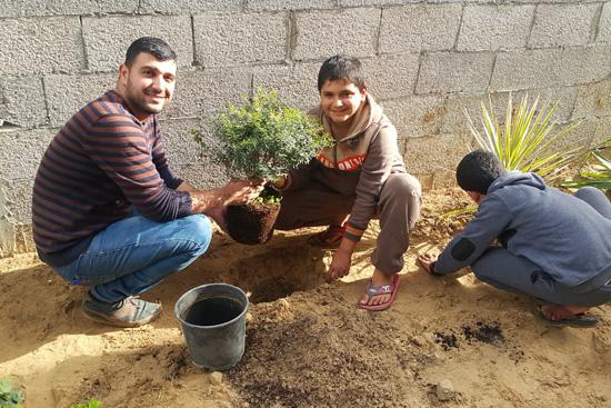 農業専門家も子どもたちと一緒に植樹