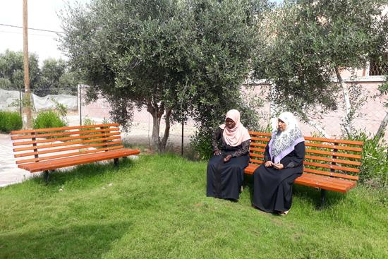 ワークショップの合間に庭でくつろぐ女性たち