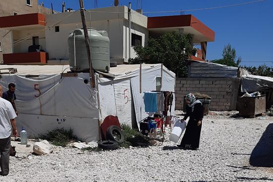 シリア内戦直後にレバノンに逃げてきて、早7年以上、同じキャンプに住んでいる。暮らしぶりは何もよくならず、4人の子どもを必死で育てる毎日の中で、子どもが教育センターでしっかり学んでいることが何よりの励みになっているという。
