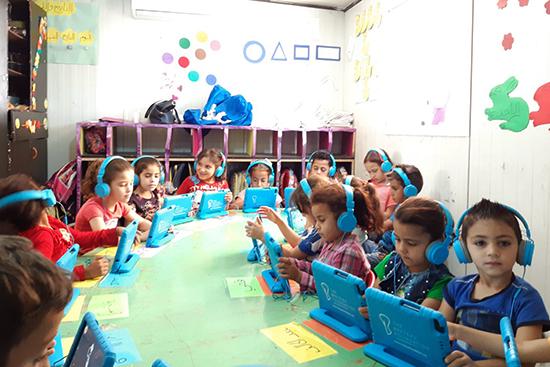タブレットを使った最新教育も導入している。ゲームや歌を取り入れ、子どもが受け身ではなく、自発的に学べるように工夫している。