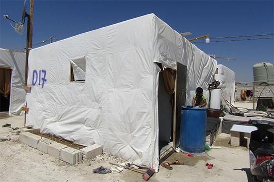 規格に合わせて新たに作られたテント。夏は熱がこもり、冬は外の寒さを防ぐことができないため、かなり悪環境に置かれている。