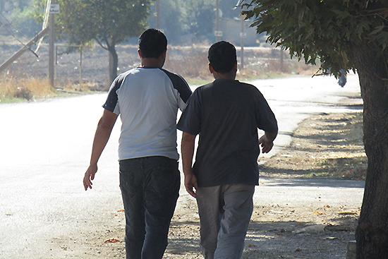ベカー高原を歩くシリア難民の二人。ダマスカス出身だと話してくれた。