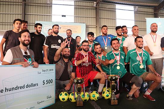 提携団体URDA主催のサッカー大会の決勝戦後、健闘を称えあって両チーム一緒に記念撮影。