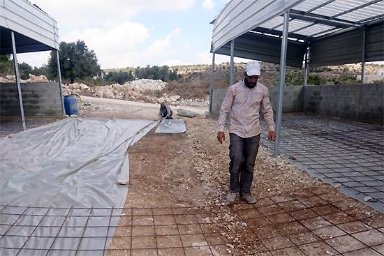 堆肥舎の床にコンクリートを施工。完成までもうすぐ