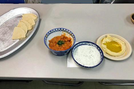 左から、ピタパンに豆のトマト煮、ヨーグルトサラダ、ホムス
