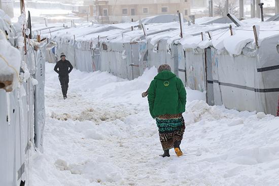 アールサールのキャンプの積雪の様子。30センチの雪が積もり、「灼熱の砂漠地帯」という典型的な中東のイメージからは程遠い。(提携団体URDA提供)