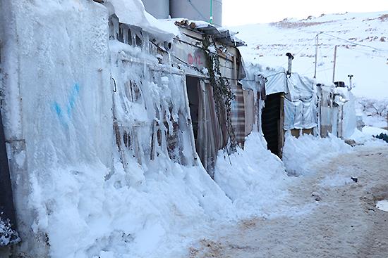 テントの側面に氷が張り付いている(提携団体URDA提供)