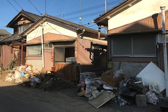1階にあった家財を廃棄する浸水地域の住宅