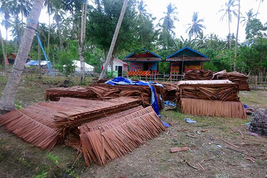 サゴ椰子の葉で出来た屋根材