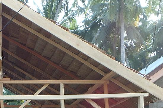 屋根材が屋根に置かれた様子