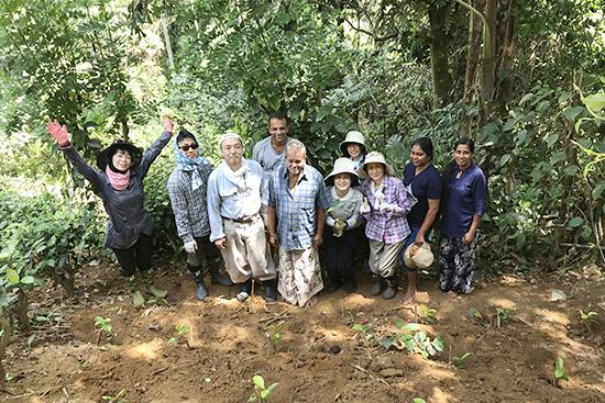 茶畑で農家さんと記念撮影