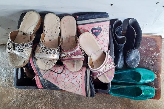 冬場でも、小さな子どもたちの履く靴は、安価なプラスチック製のサンダルしかない。