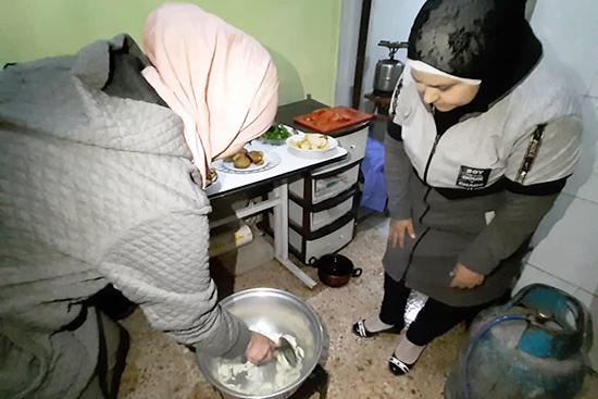 調理器具のない世帯へ提供している炊事場の様子親子で協力しながら料理をしている