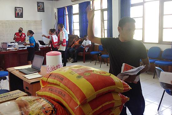 被災者支援事務局内。手前の袋は支援物資のお米