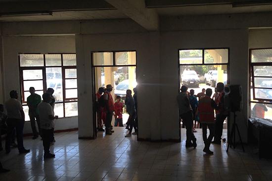 Secretary State of Civil Protectionの建物入口では支援団体がス タンバイ