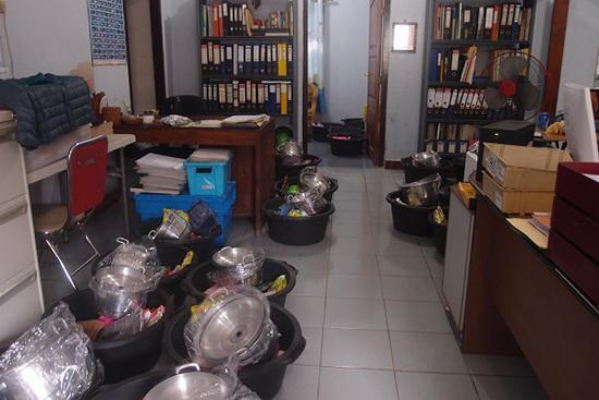 提供物資でいっぱいの事務所
