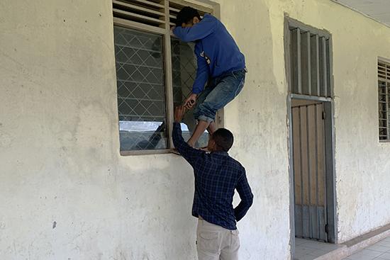 扉を直すために窓から侵入。日本だったら通報レベル