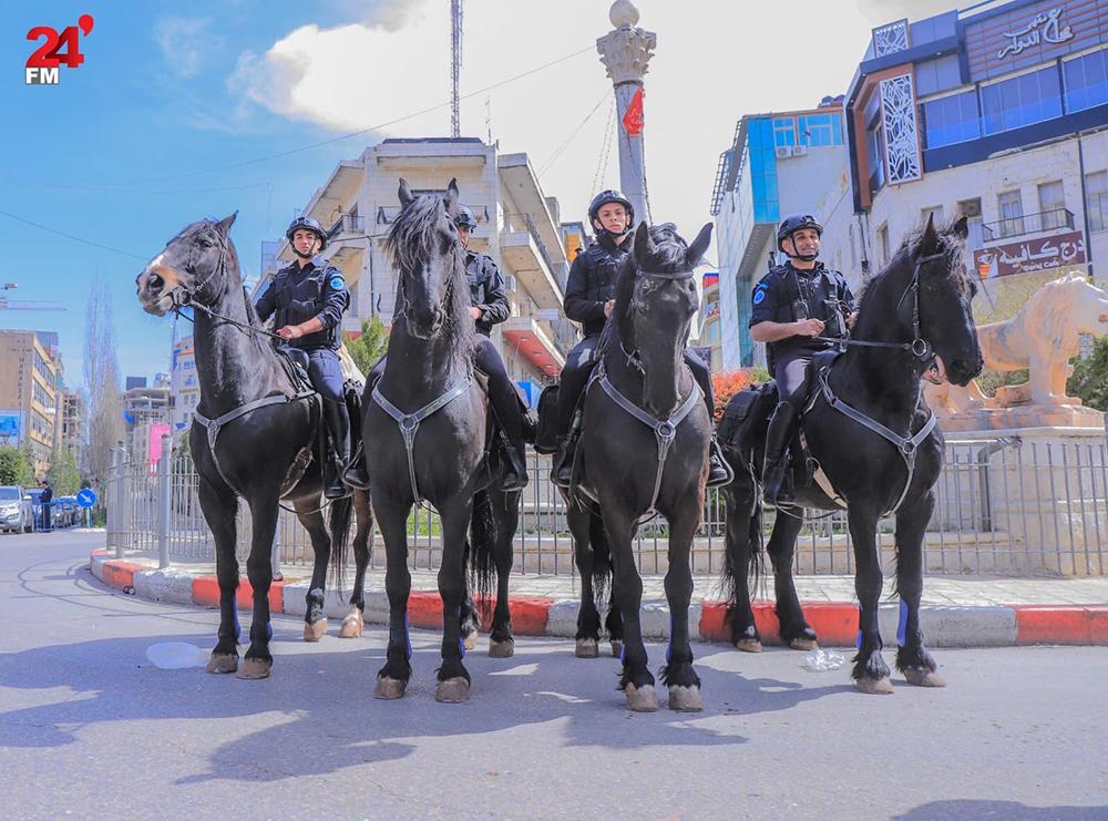 ラーマッラーの中心アル・マナーラ広場に配備された騎馬隊  撮影:Mohammad Silwadi