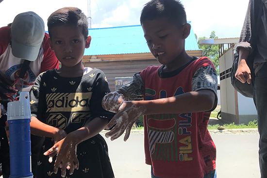 カラワナ村の子どもたちが手洗いの練習をしている様子