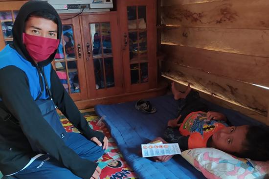 ナモ村の障がいのある子どもを訪ね衛生用品と小冊子を配布した時の様子