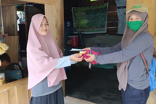 ナモ村の女性に衛生用品と小冊子を配布した時の様子