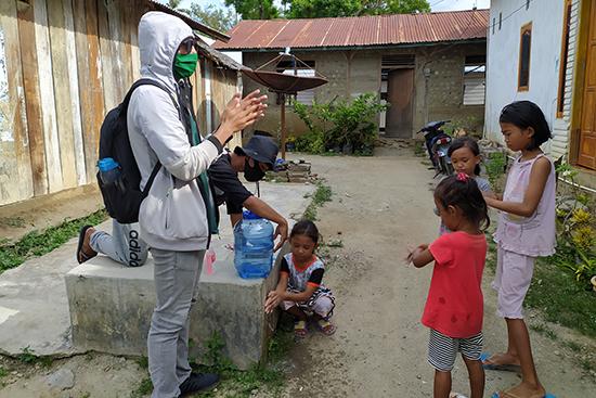 ソウロウェ村の子どもたちに正しい手洗いの仕方を教えている様子。