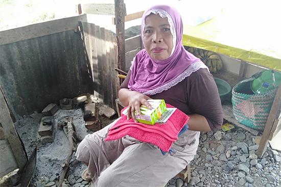 ソウロウェ村の女性に衛生用品と小冊子を配布した時の様子