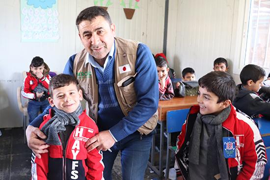 「昨年もらったジャケットは小さくてとても着づらかった。新しいジャケットをもらえてとても嬉しい」という教育センターの児童