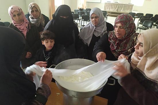 低温殺菌処理した後のミルクは暖かい場所に40分間置いておきます。布で覆うことで、固形化させます。