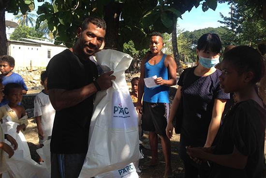 Bidau Massau村の被災者に衣類の支援。Ivoniaちゃんのおじさん