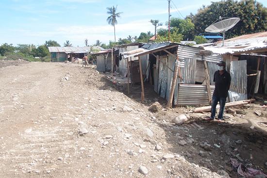 全壊した住宅の内側に仮設の小屋を建て、住宅は撤去