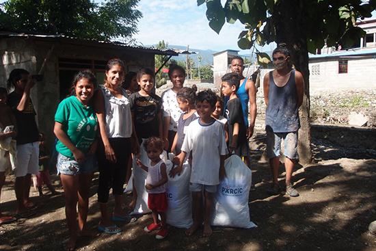 Bidau Massau村の被災者に衣類の支援