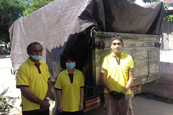 3月30日の救援チーム。左から、年度末会計処理で事務所に出てきたマリトさん、ふりかけ・栄養事業担当の林知美、たこさん