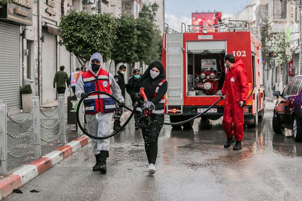 ラマッラーの通りを消毒する消防車 撮影:Arien Rinawi