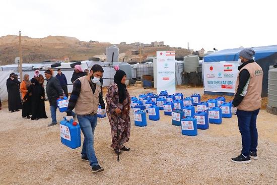 持ち帰ることが難しい方には、自宅まで配布ボランティアがサポートします。写真は現地提携団体URDA提供