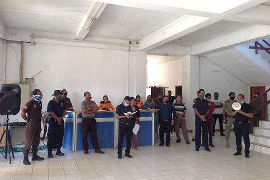 洪水被災者支援事務局のある民間防衛庁での会議は、ソーシャルディスタンシングのため立ったまま