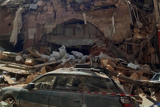港近くの崩壊した建物