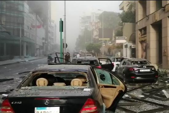 爆発の直後は街中にガラスが散乱していた。